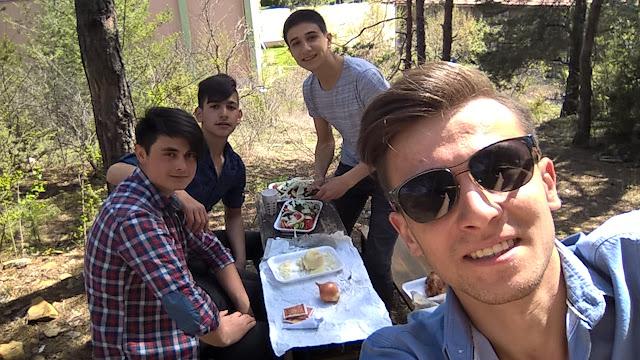 Ahmet Karamanlı, Serhat Bakırcı, Umut Furkan Atak ve Harun İstenci beraber piknikte.
