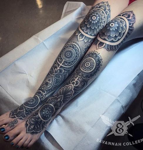 Outra variação de uma mandala tatuagem, mas este cobre toda a frente do lado dos bezerros e se estende um pouco os joelhos e as coxas. Ele definitivamente poderia trabalhar como parte de sua roupa.