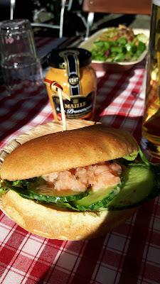 Pulled Salmon Burger mit Maille Senf auf dem rollenden Senftöpfchen