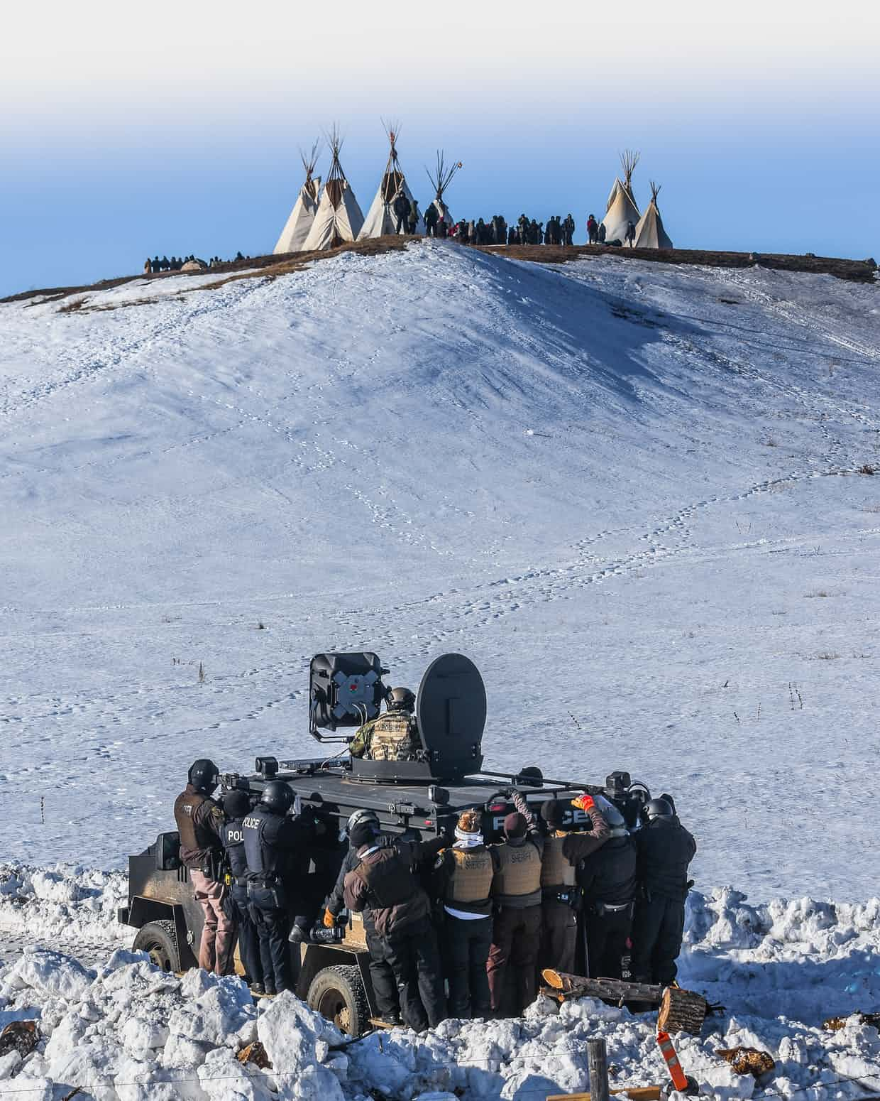 25 Of The Most Intriguing Pictures Of 2017 - Protesters face off with police in North Dakota