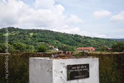 Héber feliratú emlékmű karmacson