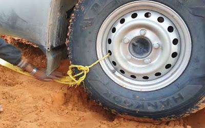 Πως να ξεκολλήσετε ένα αυτοκίνητο από την άμμο της ερήμου