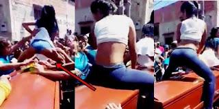 'Novinha' rebola em cima de caixão de traficante morto na favela;Veja fotos!
