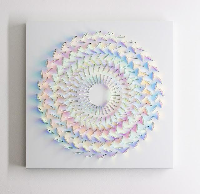 日光によって無限の虹色に輝く?2色性ガラスを使ったアート【a】