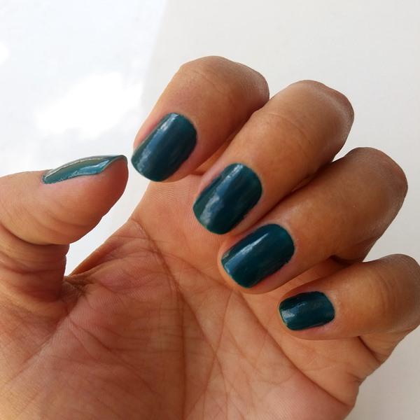 Esmalte da semana: Azul pavão da Impala nas unhas