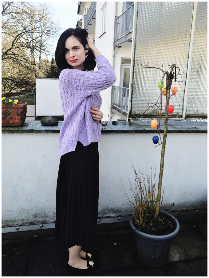 spring outfit | vintage | monki black pleated skirt, h&m lilac sweater | more details on my blog http://junegold.blogspot.de | life & style diary from hamburg | #outfit #spring #springoutfit #vintage #vintageoutfit #monki #hm #black #lilac