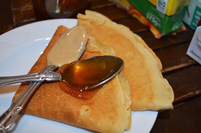 Κόλπα να τρώμε περισσότερο μέλι: Συνταγή για κρέπες με ταχίνι και μέλι για ένα πλήρες πρωινό, και λίγες θερμίδες...