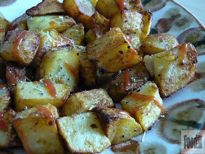 Cartofi condimentați cu salata de roșii