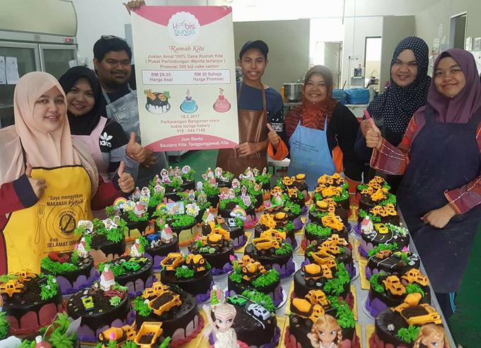 300 Kek Cantik Kobis Bunga Bantu Pertubuhan Rumah Kita