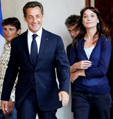 Foto de Nicolas Sarkozy caminando delante de Carla Bruni