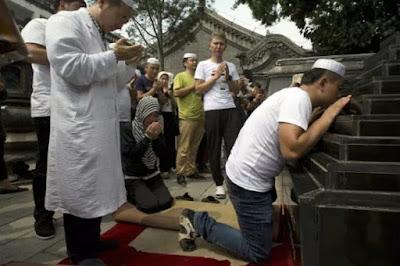 Cina Paksa Pelajar Muslim Teken Perjanjian untuk Tidak Berpuasa