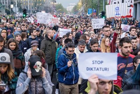 A szerb ellenzék nagy tüntetést szervez Belgrádba, a kormánypárt azonban nem veszít népszerűségéből