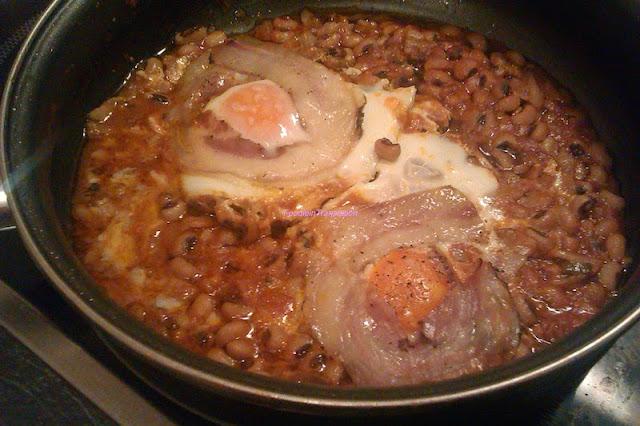 Uova all'occhio di bue con pancetta al sugo di fagioli