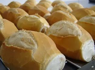 Imagem de pão ainda no forno. Saiba como fazer pão tipicamente francês facilmente.