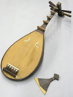 Biwa musical instrument of traditional Japan - berbagaireviews.com