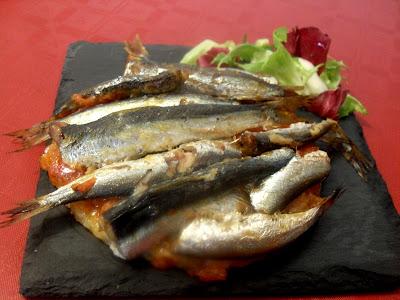 Coca de sardinas con ensalada.