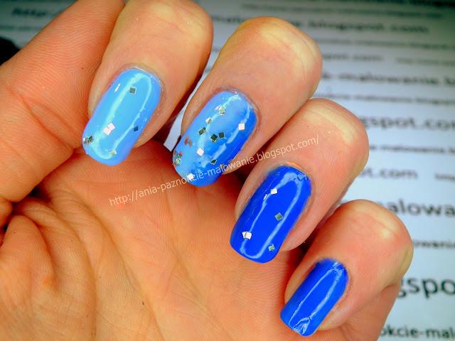 błękit na paznokciach