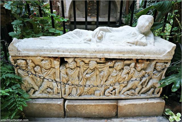 Sarcófago Romano de un Niño en el Jardín Interior del Castillo Hammond