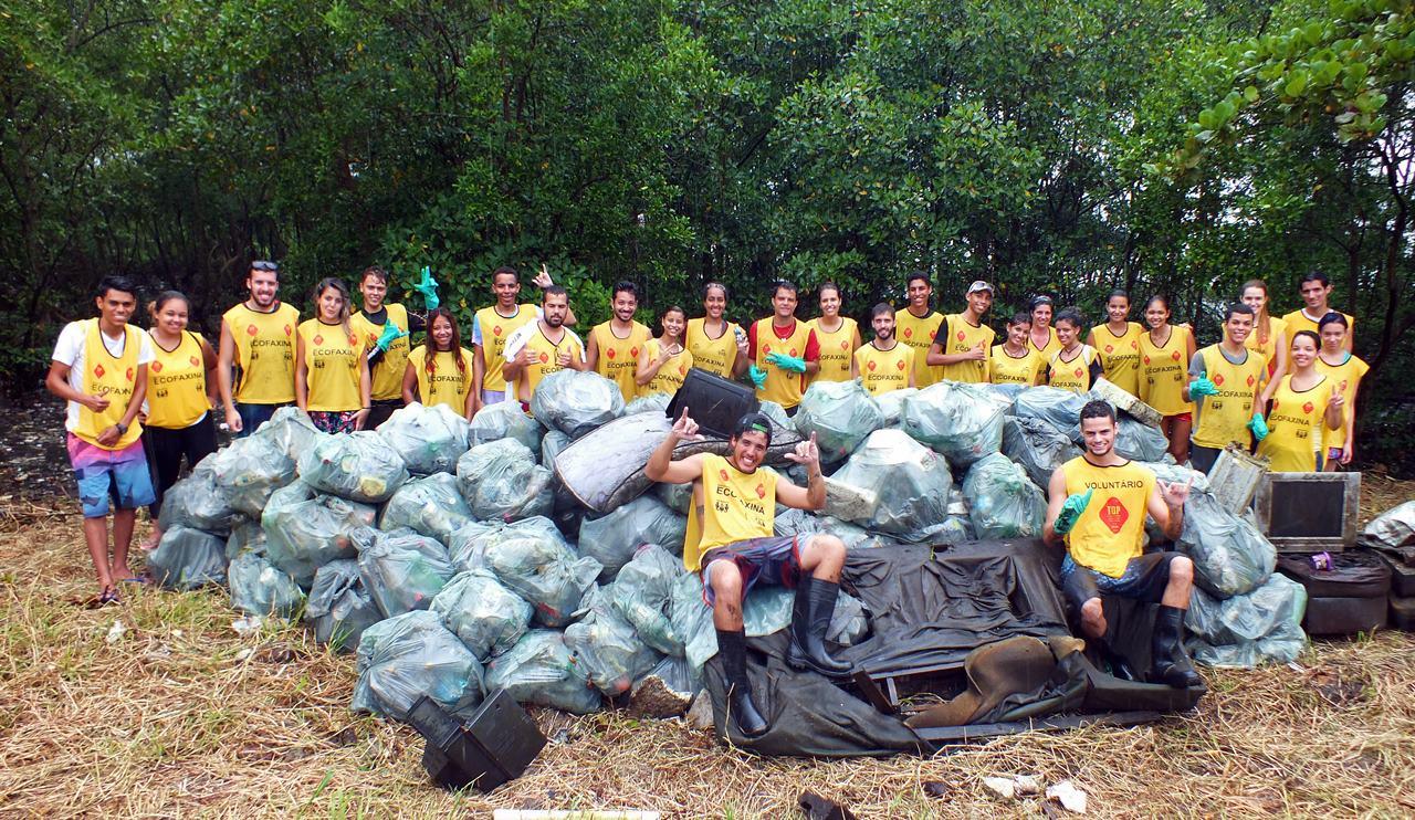 Voluntários posam para foto após coletarem 722,5 kg de lixo em manguezal no estuário de Santos, sendo 450,5 kg somente plástico. Crédito: William R. Schepis/Instituto EcoFaxina
