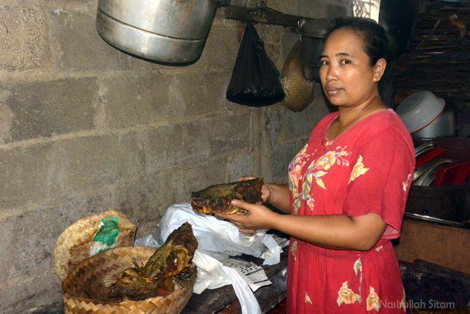 Ibu Isti memperlihatkan kepala ikan beong