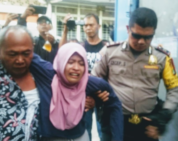 Nina Menangis Bergulingguling Dilantai Dilokasi Rekonstruksi Tiga Pelaku Bandar Narkoba Di Tambora Jakarta Barat