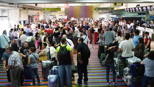 Ejecutiva De Viajar Personas En El Aeropuerto De: ZORBASH: Personajes Famosos En La Cola Del Aeropuerto