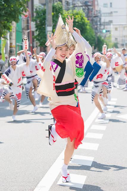 江戸っ子連の女踊りの踊り手の一人をマロニエ祭りで撮影した写真