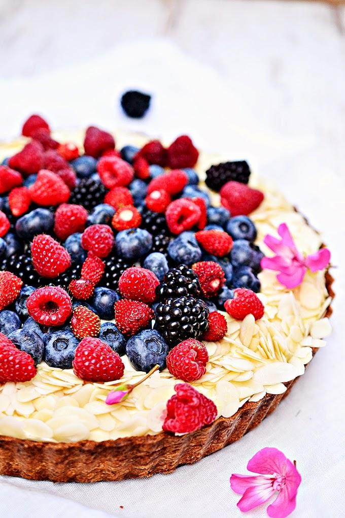 Tarta z kremem patisierre i ogrodowymi owocami