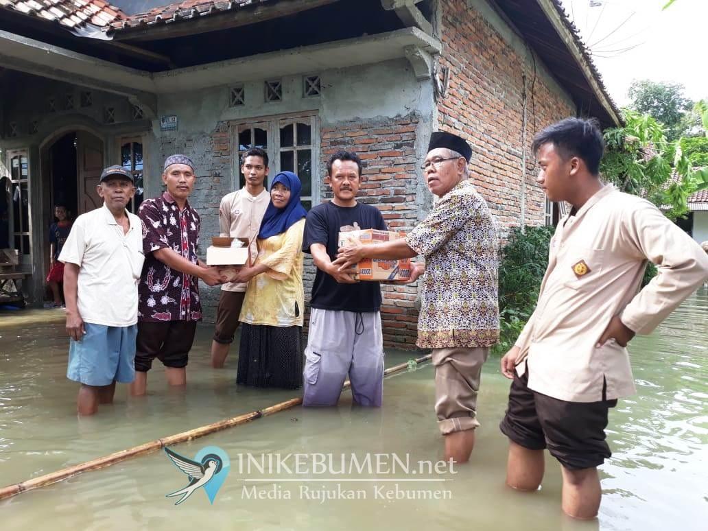Siswa-siswi MWI Karangduwur Bantu Korban Banjir
