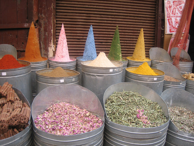 Diversas especias en el mercado del barrio judío de Marrakech