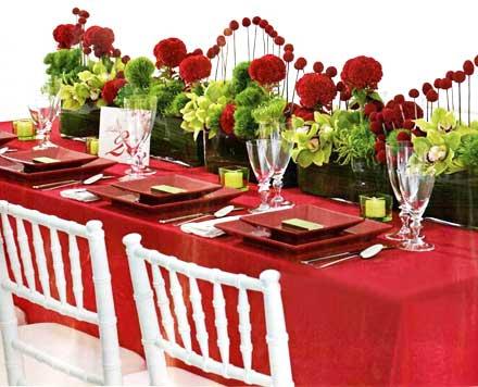Кульминация праздника наступает вечером. Решая вопрос, что приготовить на романтический ужин, помните, что любить друг друга лучше на не очень полный желудок, поэтому остановите свой выбор на легких блюдах.    Интерьер помещения и стол нужно выдержать в красном цвете - застелить красной скатертью, поставить красные цветы и свечи, приготовить блюда с преобладанием красного цвета.