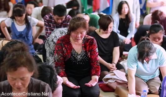 Cristianos chinos orando por su país