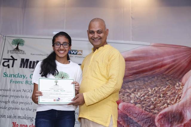 Shri Somnath Bharti felicitating kids for Do Muthi Ahaar Campaign