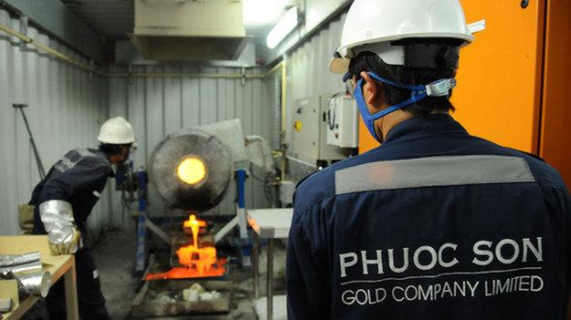 Công nhân Công ty vàng Phước Sơn đang làm việc bên trong mỏ. Phước Sơn là một trong hai công ty vàng đã nhập 60 tấn hóa chất từ Trung Quốc giá hơn 2,1 tỉ đồng - Ảnh: Tấn Vũ