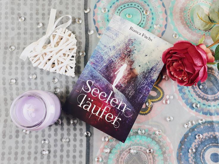 Das Buch Seelenläufer von Bianca Fuchs mit hübscher Dekoration.