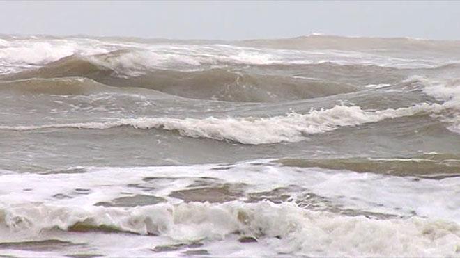 Lý Sơn, Quảng Ngãi: Chạy tránh bão số 1, 2 người bị sóng đánh văng xuống biển