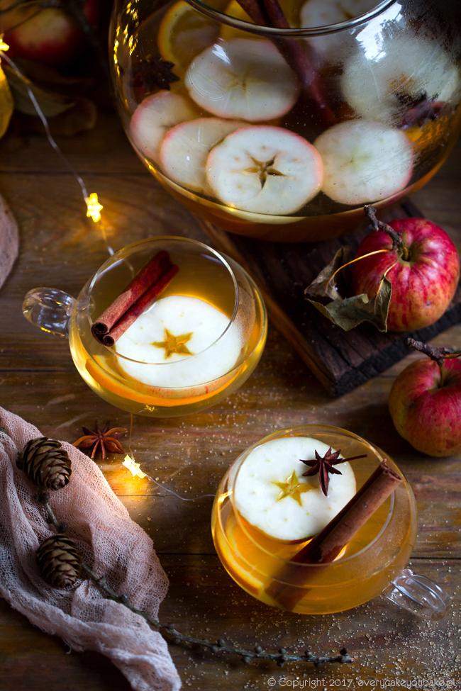rozgrzewający poncz na cydrze z rumem i jabłkami