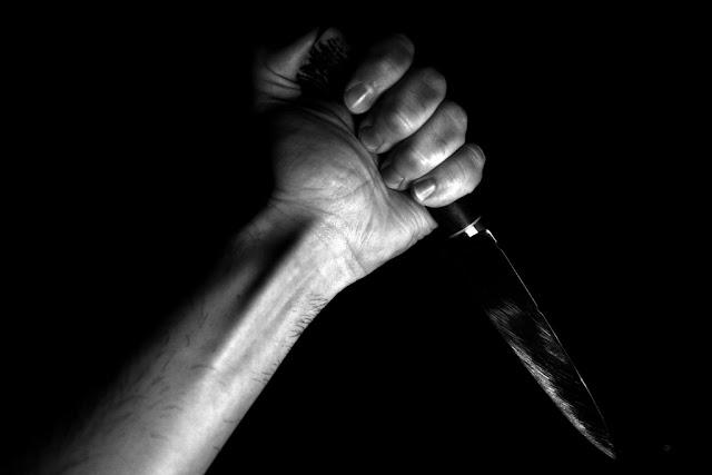 Mano sosteniendo un cuchillo con actitud asesina
