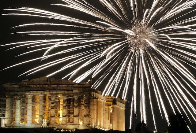 Foto-Foto Perayaan Tahun Baru Mulai dari 20.000 Kembang Api Hingga Ribuan Efek Warna