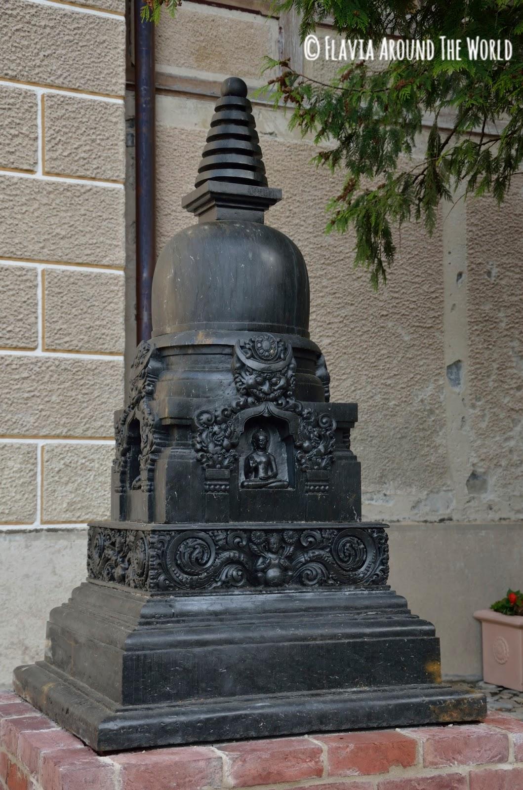 Escultura budista a la entrada del museo del Tibet de Gruyeres