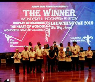 para pegawai di lingkungan kementerian pariwisata menerima penghargaan