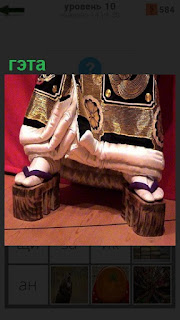 На ногах женщины национальная обувь гэта, сандалии на деревянной подошве