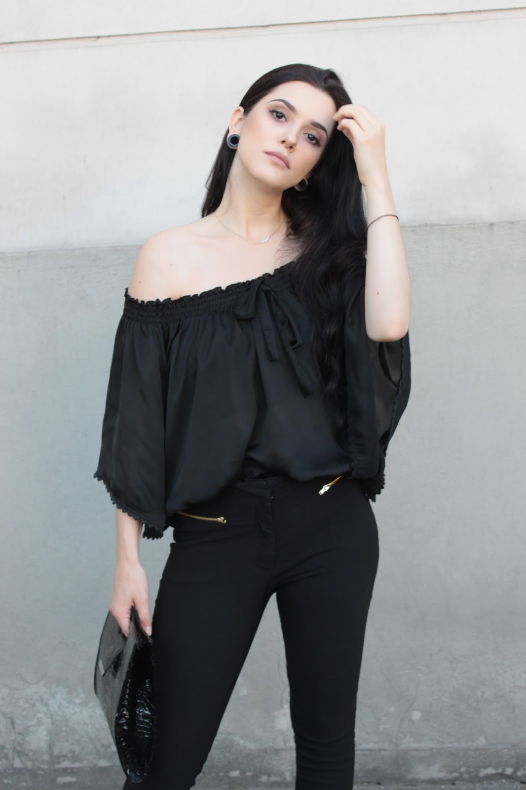 Off the shoulders look, minimalizm