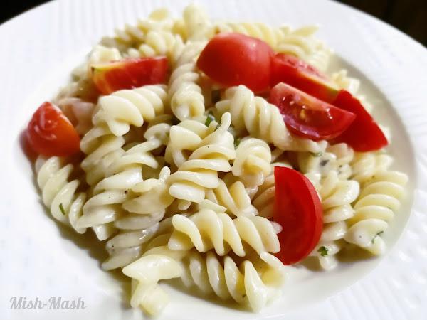 Паста със синьо сирене и чери домати