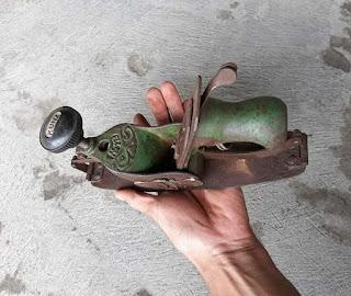 Koleksi barang antik ...dijual alat tukang serut antik langka banget ...