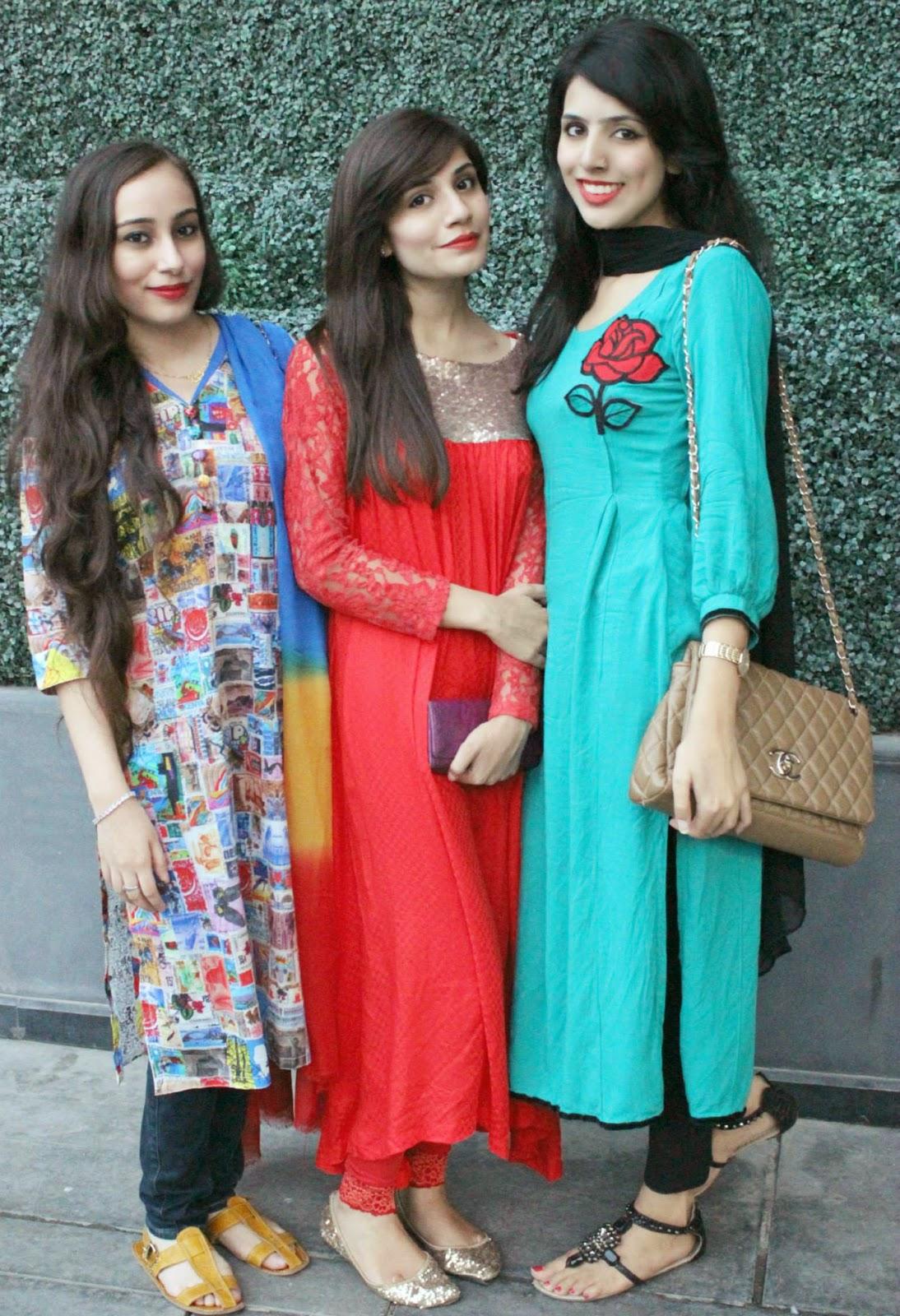 Beautiful Pakistani Desi Collage Girls In Group Photos -3100