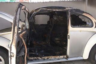 Bandido tenta invadir casa de aposentado e toca fogo em fusca