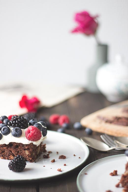 Saftiger Schokokuchen, Brownie, mit Beeren. Kuchenrezept. *Holunderweg18
