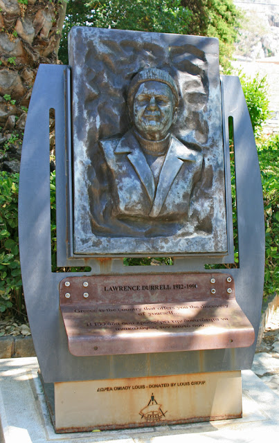 Monument to Lawrence Durrell in Kerkyra town park. Памятник Лоренсу Дарреллу в городском парке Керкиры.