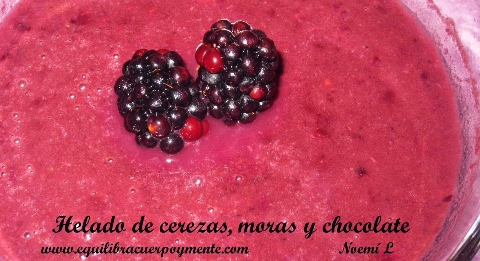 Helado de cerezas moras y chocolate